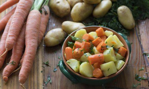 Insalata di patate e carote al vapore
