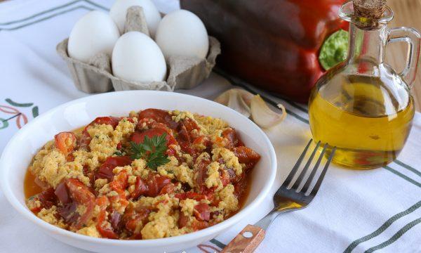 Pipindune e ova o peperoni e uova strapazzate