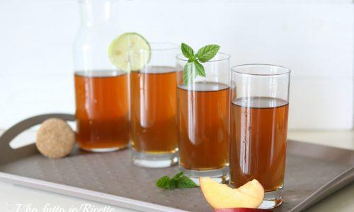 Tè freddo fatto in casa al limone, alla pesca o alla menta