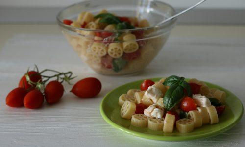 Pasta fredda tricolore o Pasta fredda con pomodori mozzarella e basilico