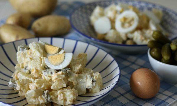 Insalata di patate con uova cetriolini e mais