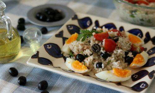 Insalata di riso senza condiriso con tonno olive e uova