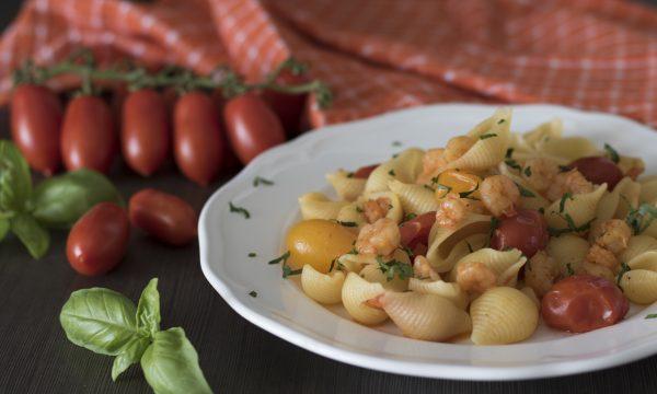 Pasta con pomodorini freschi e gamberetti