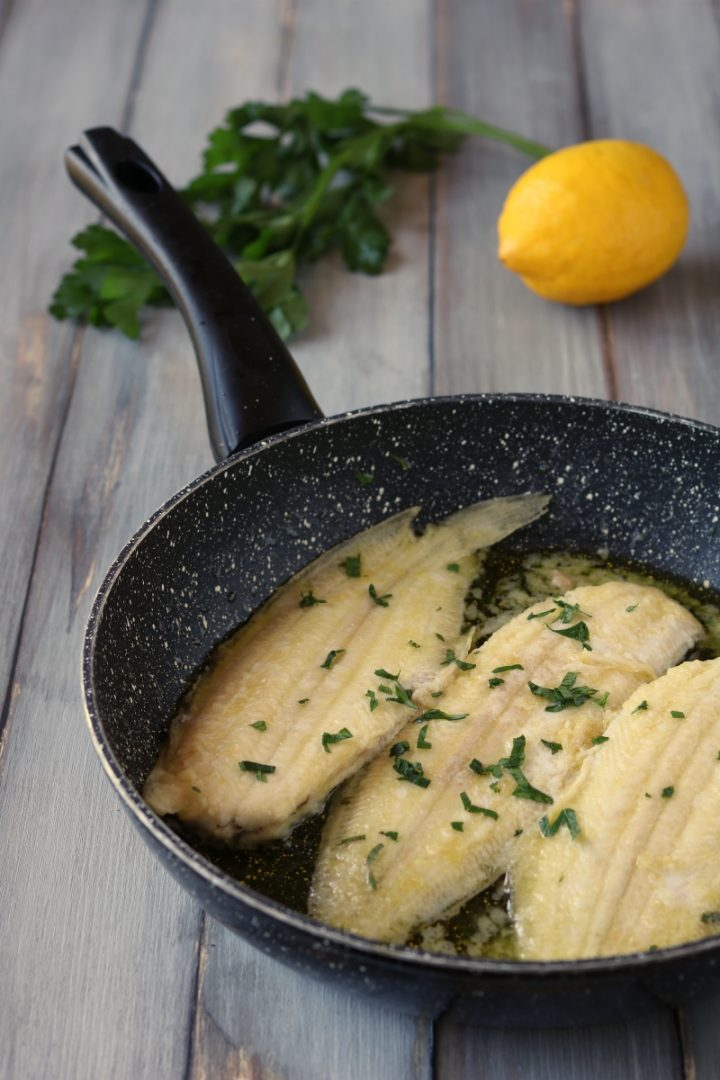 Sogliole alla mugnaia sogliole con limone e prezzemolo for Cucinare sogliola