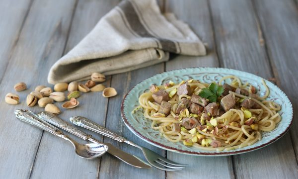 Spaghetti cremolati al tonno e pistacchi