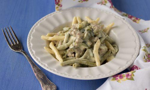 Pasta cremosa con salsiccia e zucchine