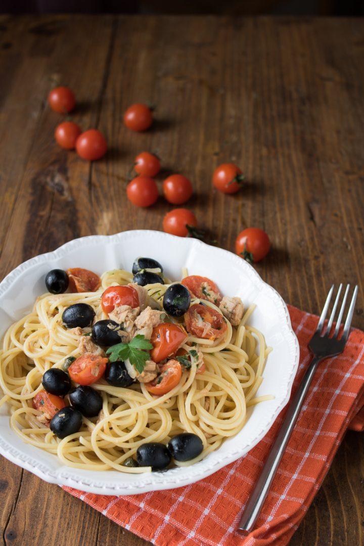 Spaghetti veloci al tonno pomodorini e olive
