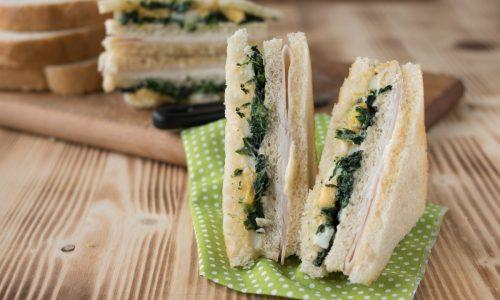 Club sandwich al tacchino e spinaci con uova sode