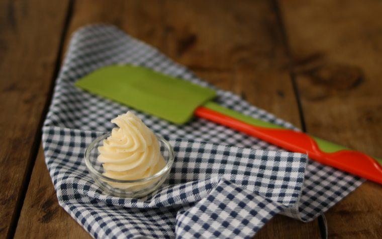Crema al burro per ricoprire torte in pasta di zucchero