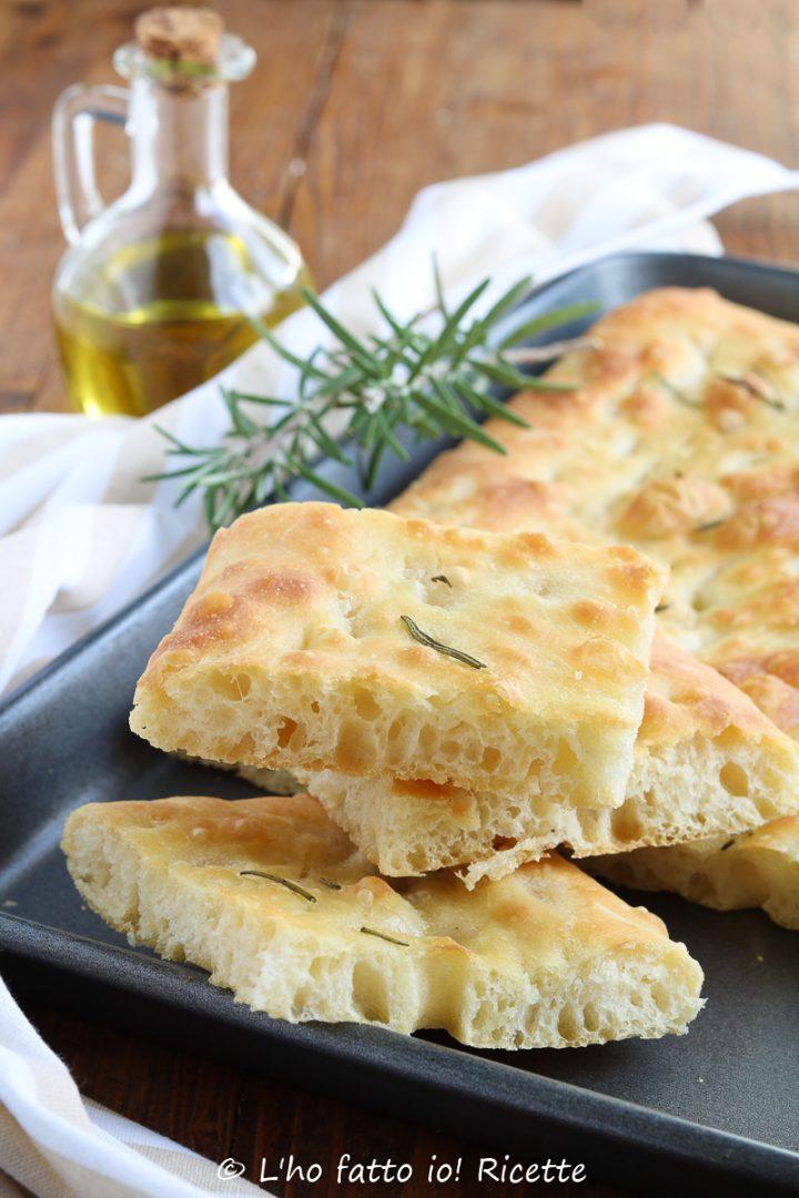 Pane focaccia e pizza senza impasto e pieghe in ciotola
