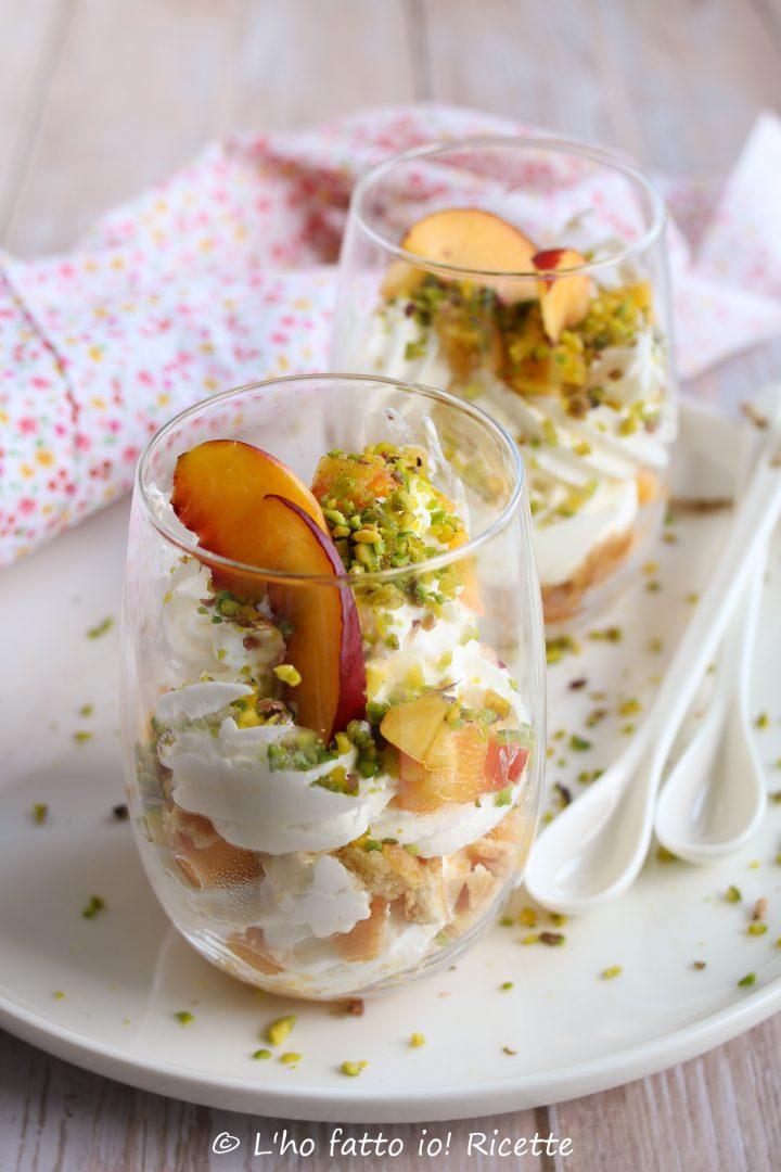 Mousse allo yogurt con le pesche in barattolo