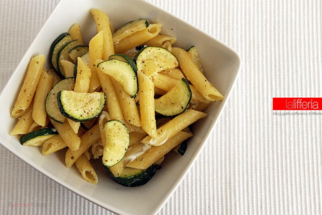 Pasta con zucchine e caprino fresco