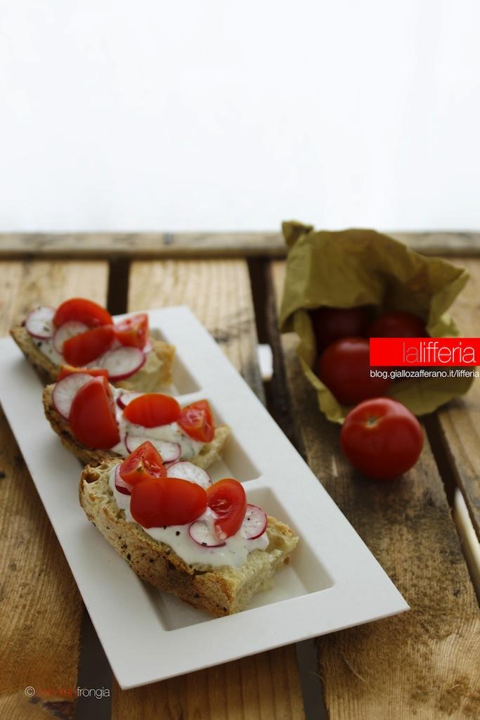 crostini al formaggio con pomodorini e ravanelli