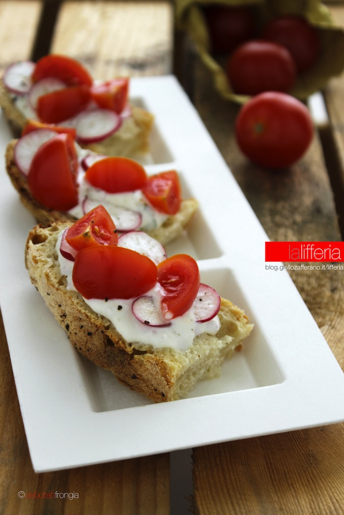 Crostini al formaggio pomodorini e ravanelli