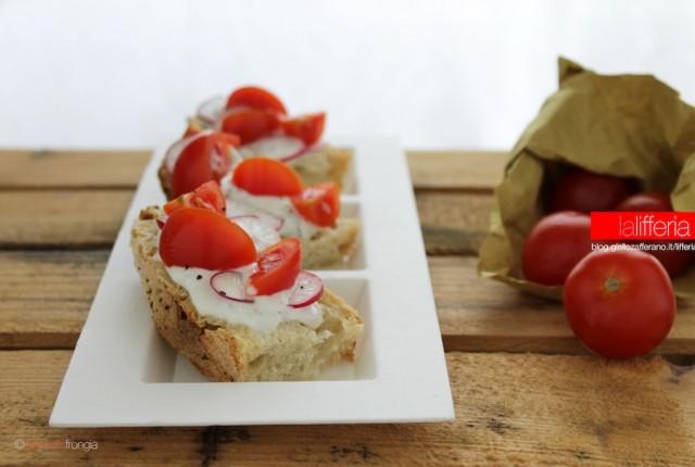 crostini al formaggio di capra e pomodorini