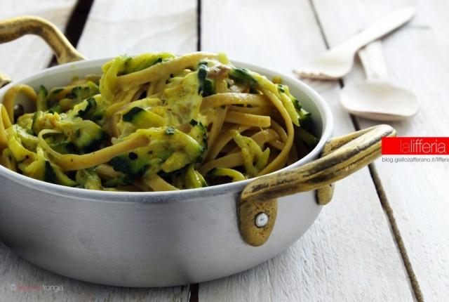 Pasta con curry e zucchine