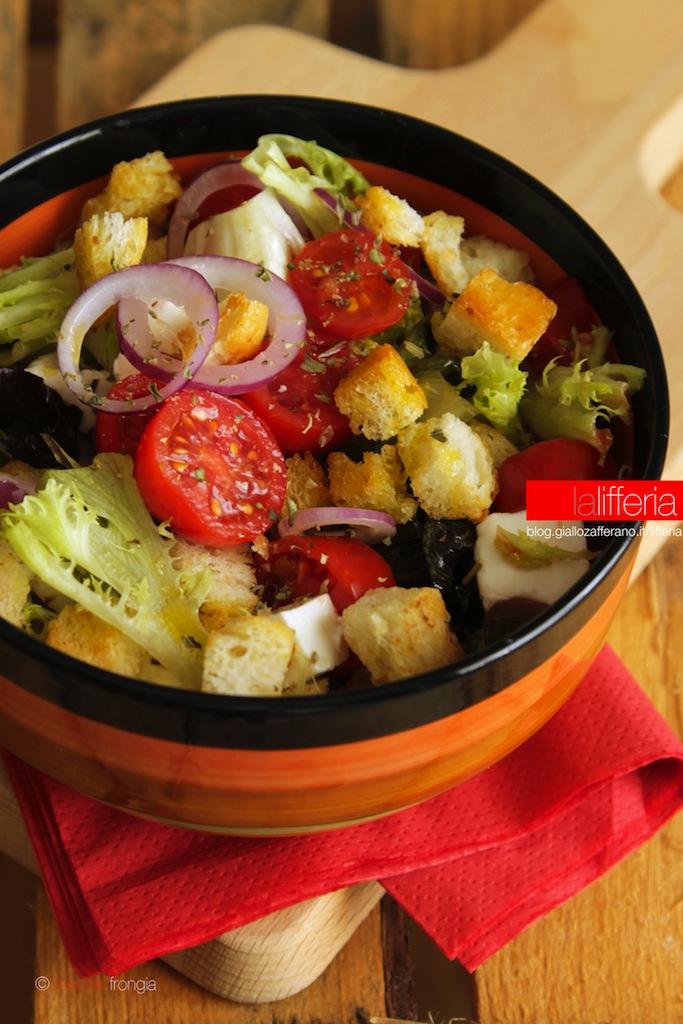 Insalata con pomodorini cipolla e crostini