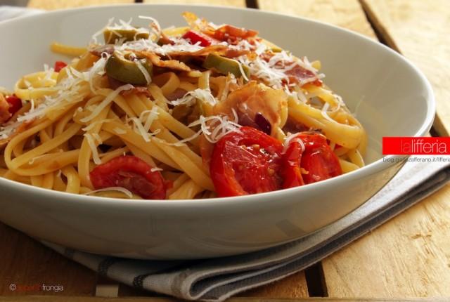 Pasta con prosciutto pomodorini e olive