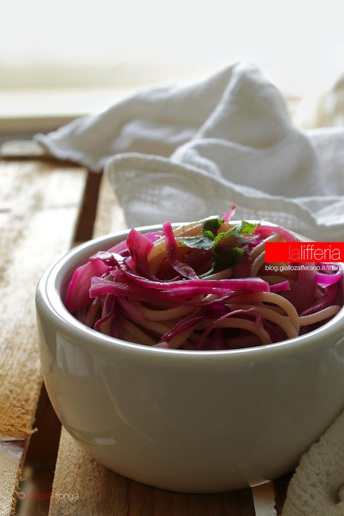 Pasta con cavolo viola e coriandolo