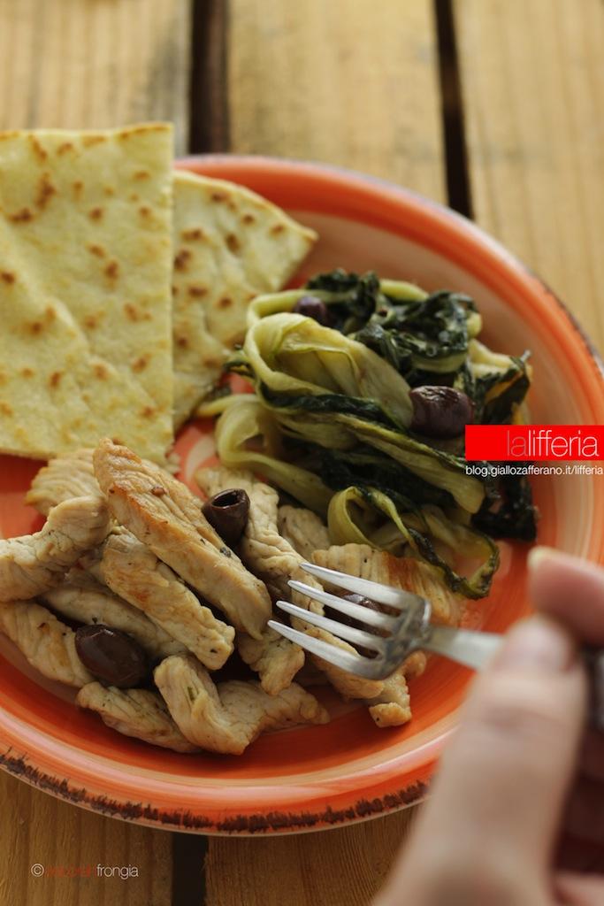 Straccetti di tacchino saporiti con cicoria e olive