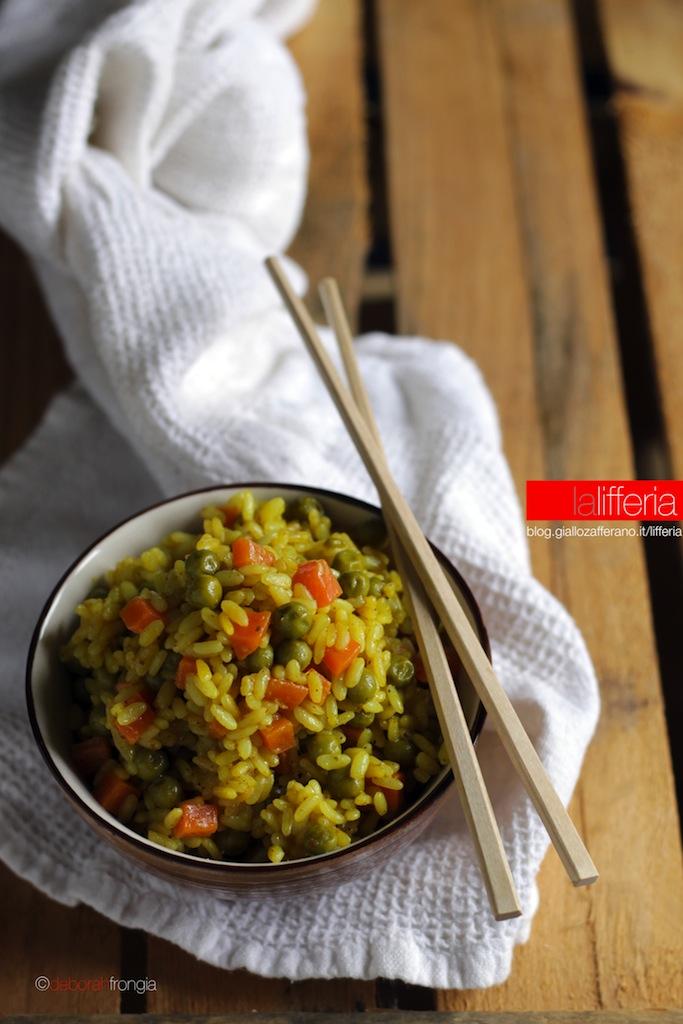 Riso al curry con piselli e carote