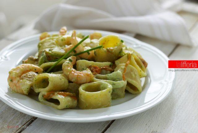 Calamarata con gamberi, fiori di zucca e zucchine - Ricetta facile