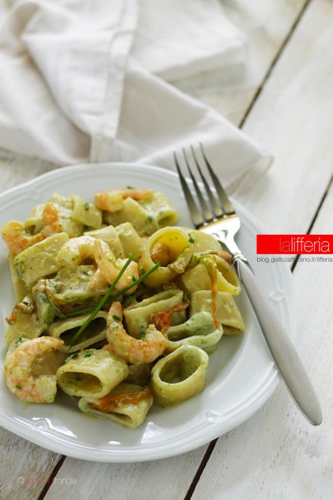 Calamarata con gamberi, fiori di zucca e zucchine - Idea leggera