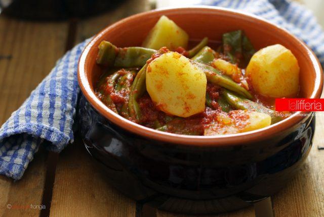 Taccole e patate in umido al pomodoro