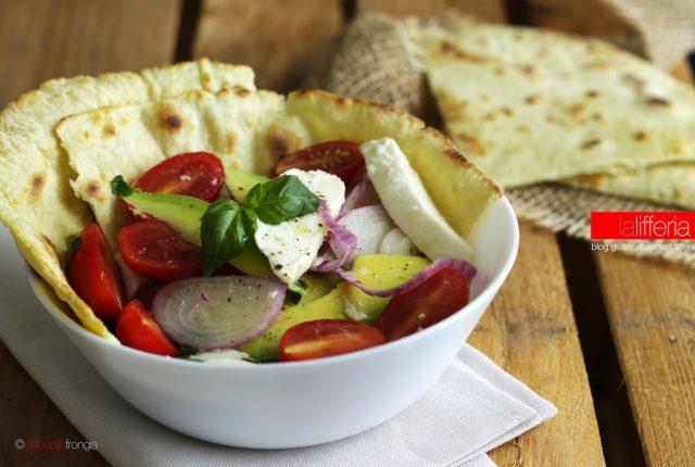 Insalata di pomodorini, avocado e mozzarella