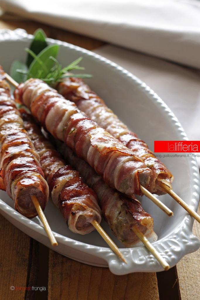 Spiedini di salsiccia e pancetta - Ricetta per barbecue