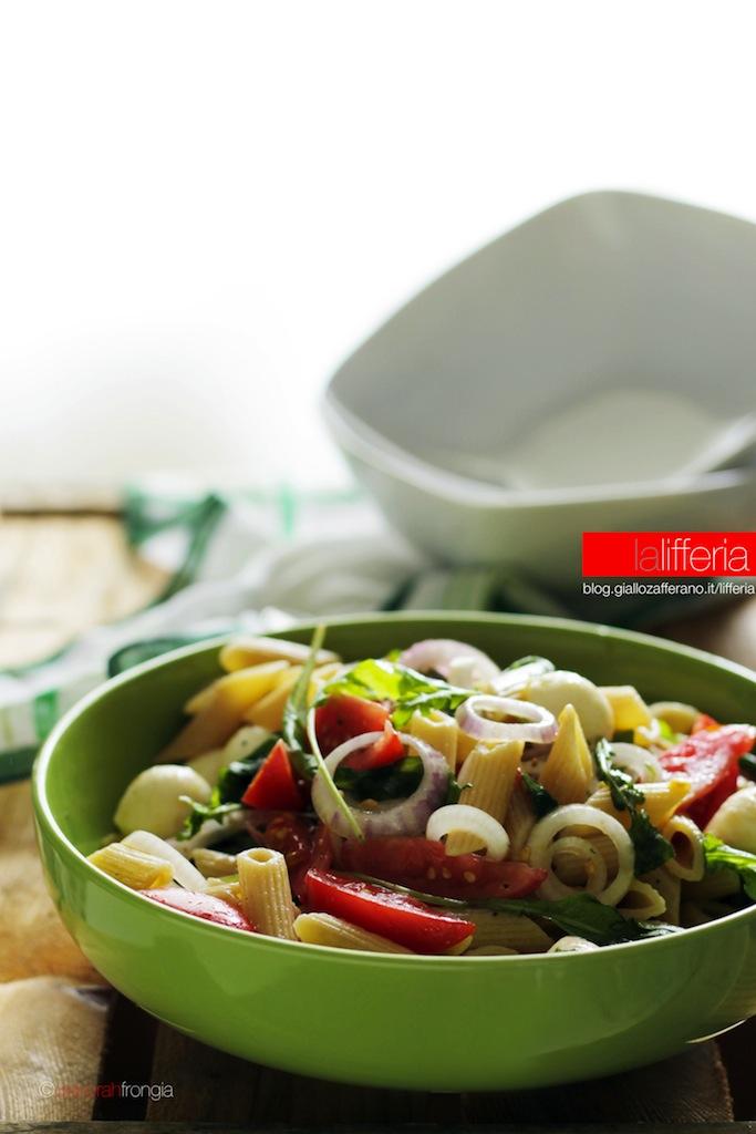 Insalata di pasta con pomodori, rucola e mozzarella - Ricetta facile