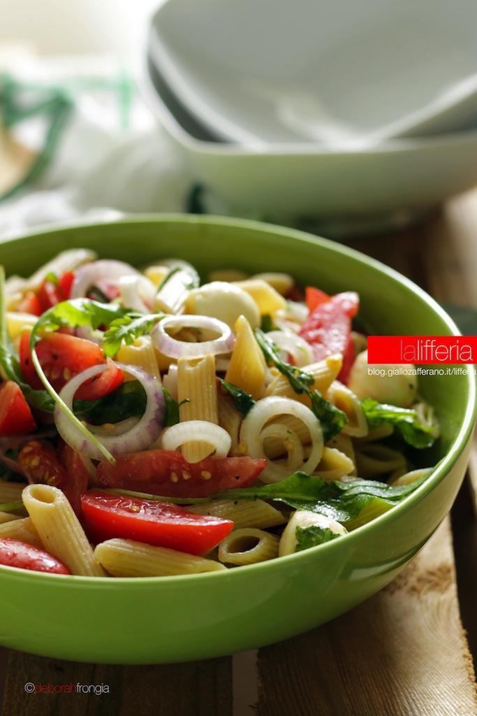 Insalata di pasta con pomodori, rucola e mozzarella - Ricetta veloce