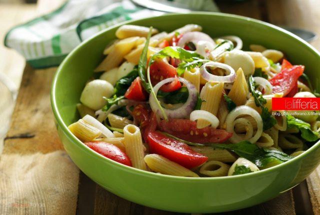 Insalata di pasta con pomodori, rucola e mozzarella - Ricetta estiva