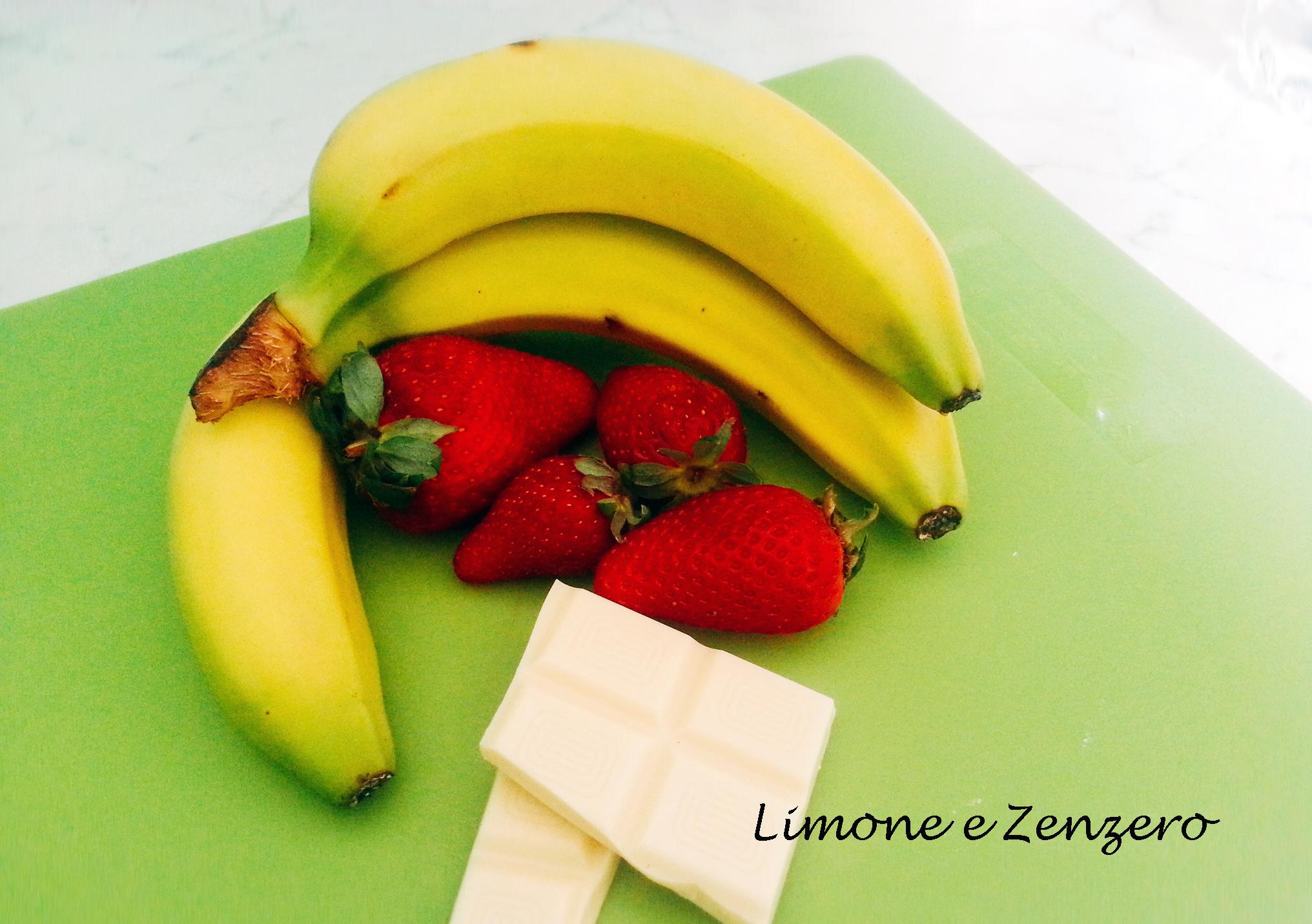 Torta alle banane senza glutine con fragole e cioccolato bianco