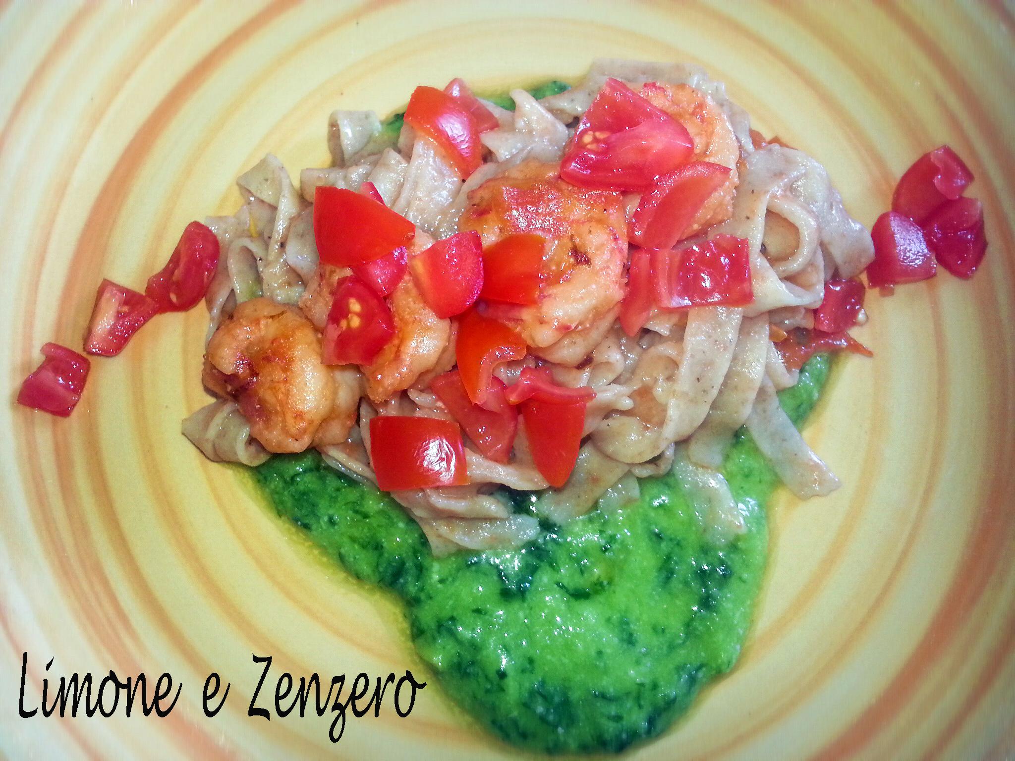 Tagliatelle Integrali al Pesto con Gamberi e Pomodorini profumate al Limone