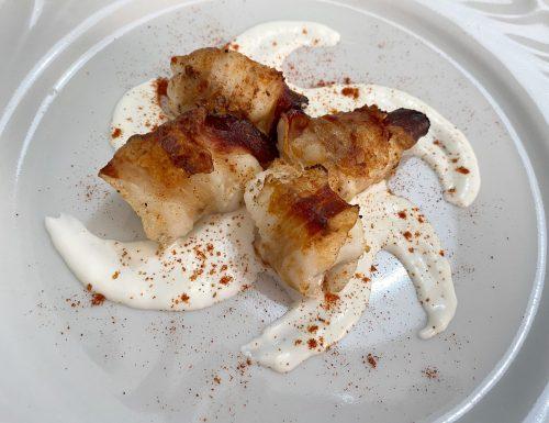 Bocconcini di rana pescatrice avvolti nel guanciale, con stracciatella e paprika dolce