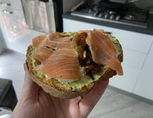 Crostone con avocado, salmone affumicato, burrata e cipolle alla paprika