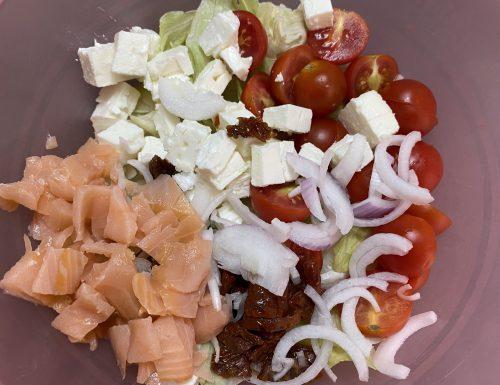 Insalatone con feta, pomodorini, salmone, cipollotto e pomodorini secchi