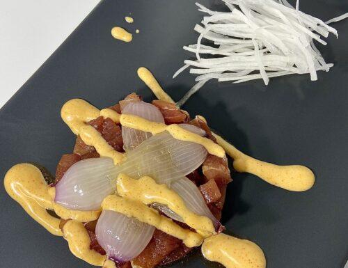 Tartare di tonno con maionese alla paprika, petali di cipolla di tropea e insalatina di daikon