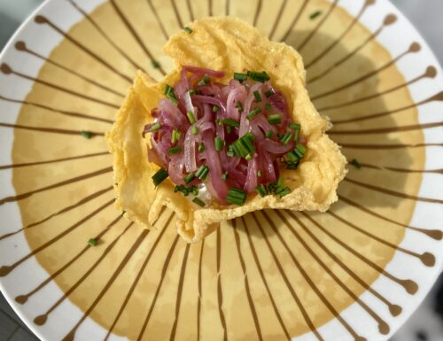 Cestino di parmigiano con ricotta e cipolla stufata