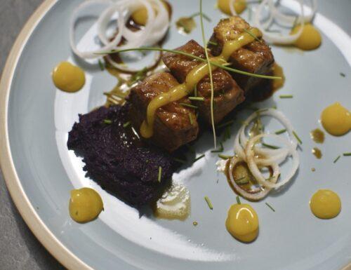 Cubotti d'anatra all'orientale con purea di catore viola e salsa al mango