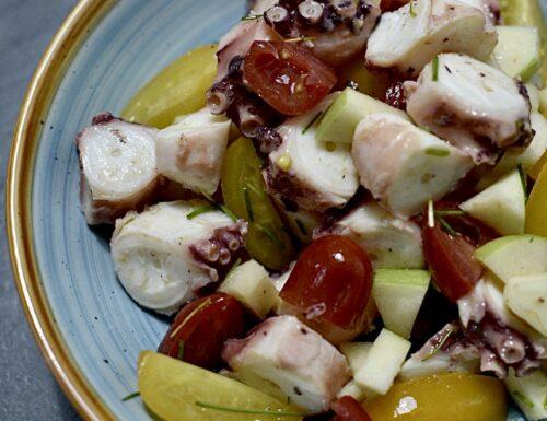Insalata di polpo con mela, pomodorini rossi e gialli, conditi con lime e olio di sesamo