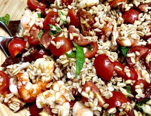 Farro con gamberi, pomodorini, basilico, menta e pomodorini secchi
