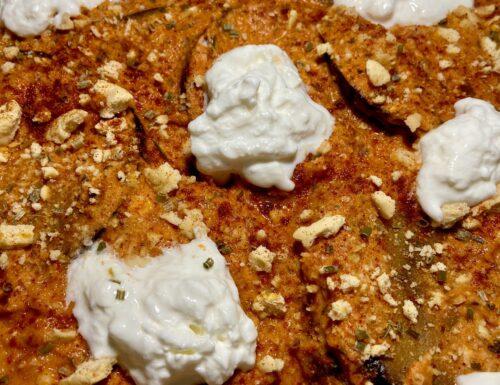 Melanzane alla parmigiana, sugo con pomodoro e feta, taralli sbriciolati e stracciatella