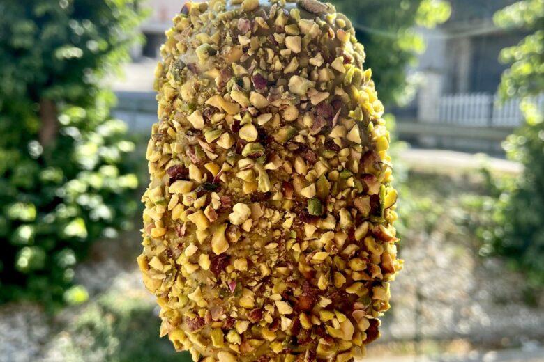 Gelato panna e mascarpone ricoperto da pistacchio