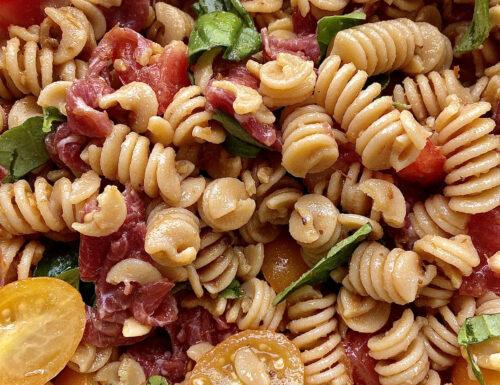 Pasta fredda di ceci con pomodorini gialli e rossi, basilico, bresaola e pesto di pomodorini secchi