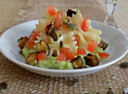 Farfalle al pesto di zucchine con semi di zucca
