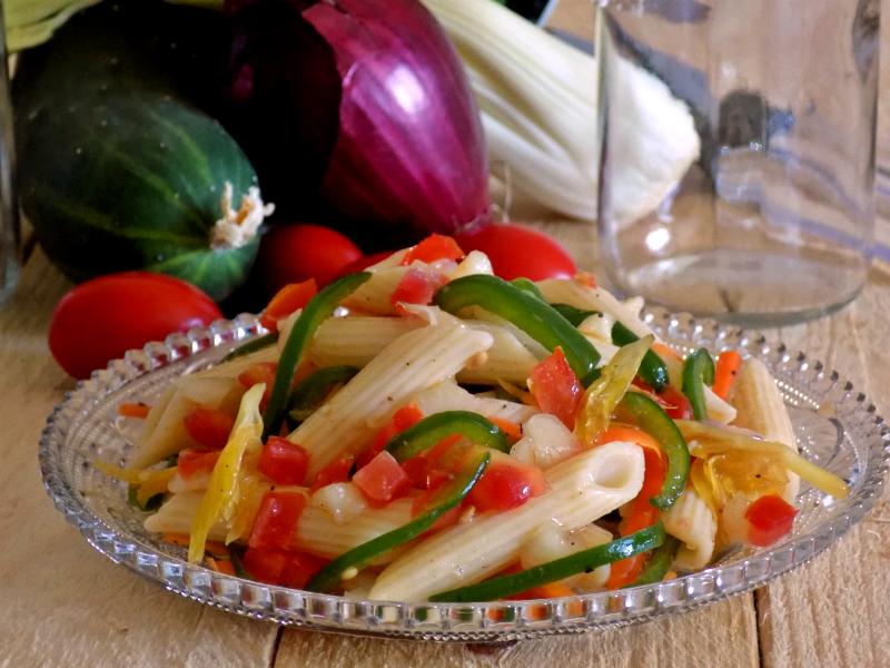 Pasta fredda con verdure croccanti