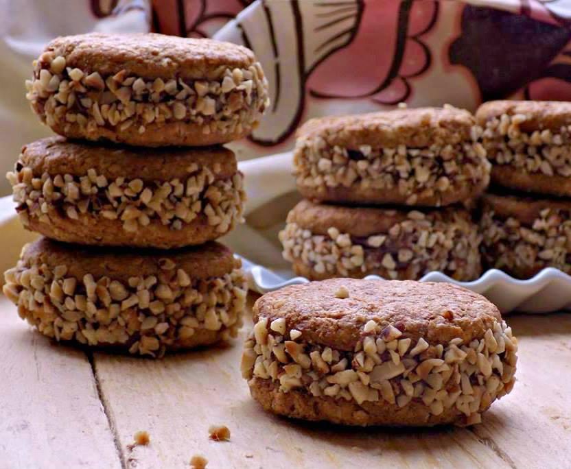 Biscotti ai cereali farciti con crema rocher