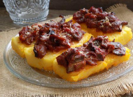 crostoni di polenta al sugo sfizioso ( senza frittura )